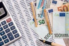 Euro billets de banque avec la calculatrice et le stylo sur la déclaration de compte bancaire photographie stock