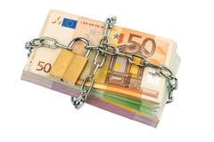 Euro billets de banque avec la chaîne et le cadenas Photo stock