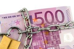 Euro billets de banque avec la chaîne et le cadenas Image stock