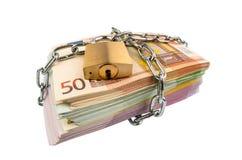 Euro billets de banque avec la chaîne et le cadenas Photographie stock libre de droits
