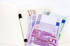 Euro billets de banque, carnet et stylo Images libres de droits
