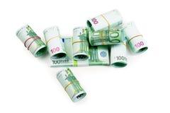 Euro billets de banque dans les piles et l'isolat de petits pains Images libres de droits
