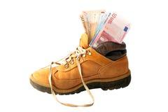 Euro billets de banque dans une vieille chaussure Photographie stock