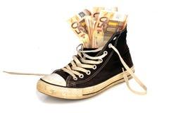 Euro billets de banque dans une vieille espadrille Photos libres de droits