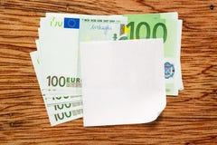 Euro billets de banque et papier blanc images stock