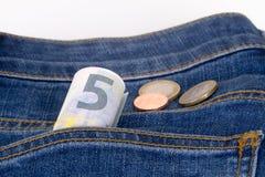 Euro billets de banque et pièces de monnaie sur la poche Images stock