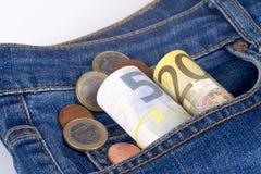 Euro billets de banque et pièces de monnaie sur la poche Image stock