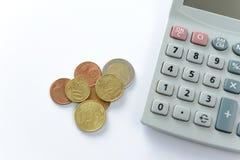 Euro billets de banque et pièces de monnaie sur le fond blanc Photo stock