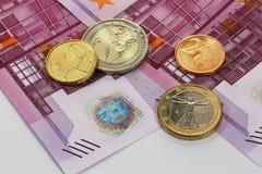 500 euro billets de banque et euro pièces de monnaie Images stock