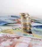 Euro billets de banque et pile de pièces de monnaie d'isolement Photos stock