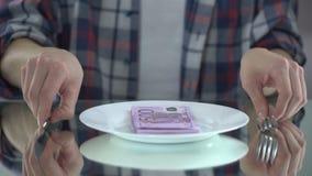 Euro billets de banque mangeurs d'hommes, gaspillant l'argent, symbole du consommationisme, budget pour la nourriture clips vidéos