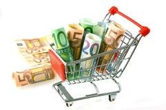 Euro billets de banque roulés dans le chariot de supermarché Images libres de droits