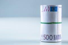 Euro billets de banque roulés plusieurs milliers L'espace libre pour votre information économique Image libre de droits