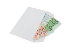Euro billets de banque sous enveloppe au-dessus de blanc Photographie stock