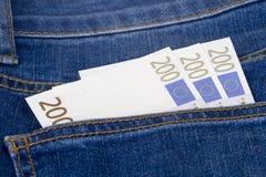 Euro billets de banque sur la poche Images stock