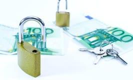 Euro billets de banque de valeur d'argent avec le cadenas, syst?me de paiement d'Union europ?enne photographie stock libre de droits