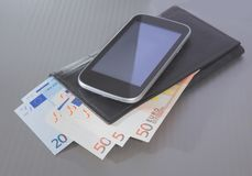 Euro borsa e smartphone della banconota Fotografia Stock Libera da Diritti