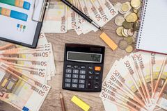 50 euro- cédulas com gráfico da finança Foto de Stock