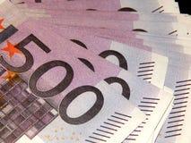 500 euro- cédulas em um fundo preto Foto de Stock