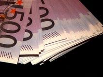 500 euro- cédulas em um fundo preto Imagens de Stock