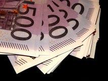 500 euro- cédulas em um fundo preto Fotos de Stock