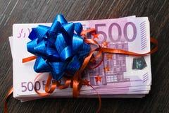 Euro cadeau d'argent liquide avec le ruban et l'arc Images libres de droits