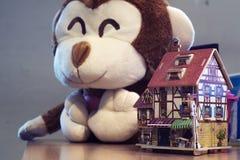 Euro café générique avec la poupée de singe sur le côté image libre de droits