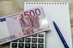 500 euro, calculator, notitieboekje en penclose-up stock fotografie