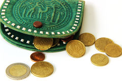Euro centesimi e portafoglio verde Fotografia Stock Libera da Diritti