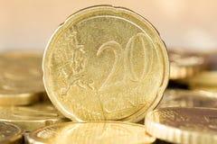 Euro centesimo venti che sta fra altre monete Immagini Stock Libere da Diritti