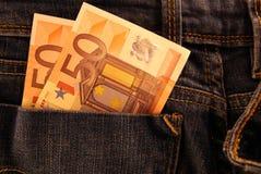 Billetes de banco euro en bolsillos de la mezclilla Imagenes de archivo