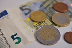 Euro cinq et un penny sur un plan rapproch? blanc de fond image libre de droits