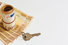 Euro clé de papier et de porte de devise sur le fond blanc Photos libres de droits