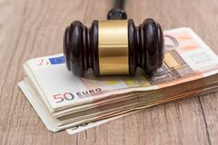 euro 50 com martelo Fotos de Stock Royalty Free