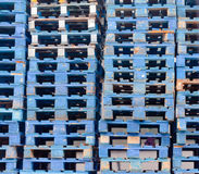 Euro configuration en bois bleue empilée de fond de palettes Image stock