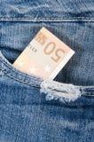 Euro contant geld in uw zakjeans. Stock Foto's