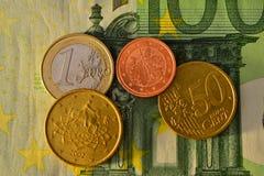 100 euro- contas com moedas Fotografia de Stock Royalty Free