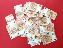Euro- contas do dinheiro cinqüênta europeus no tapete vermelho, fundo de transbordamento do euro- dinheiro, euro- cédulas foto de stock royalty free