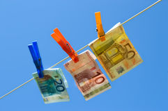 Euro- contas na linha de lavagem Imagens de Stock