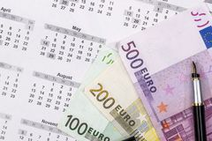 100 200 500 euro- contas no calendário Fotografia de Stock