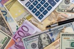 Euro contra dólar con la calculadora Fotos de archivo