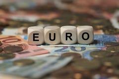 Euro - cubo con le lettere, termini del settore dei soldi - segno con i cubi di legno immagine stock