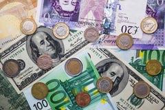 Euro, dólar, libra - billetes de banco y monedas imágenes de archivo libres de regalías