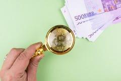 Euro de Bitcoin en fondo verde foto de archivo