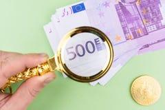Euro de Bitcoin en fondo verde fotografía de archivo libre de regalías