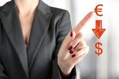 Euro de caída de Touching de la empresaria al dólar por el finger Imagen de archivo