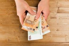 Euro de compte d'homme sur la table en bois images stock