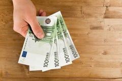 Euro de compte d'homme sur la table en bois photos libres de droits