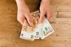 Euro de compte d'homme sur la table en bois photo libre de droits