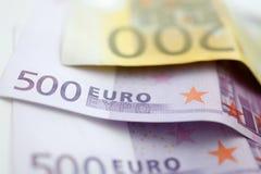 Euro de papel 500 e mentira do dinheiro 200 na tabela fotos de stock royalty free
